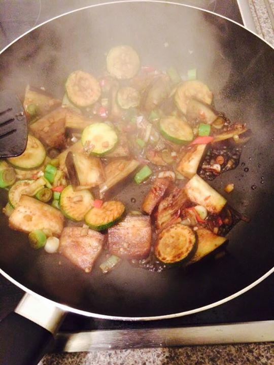 asiatisch gebratene Aubergine mit Zucchini